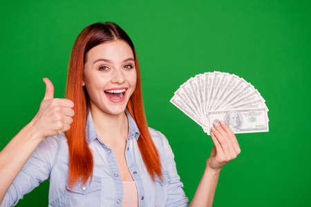 Retrato linda dama satisfecha contenido alegre mantenga la mano risa aconsejar anuncios bien trato decisión decidir recomendar lotería elegante jeans traje largo y liso cabello aislado verde hermoso fondo