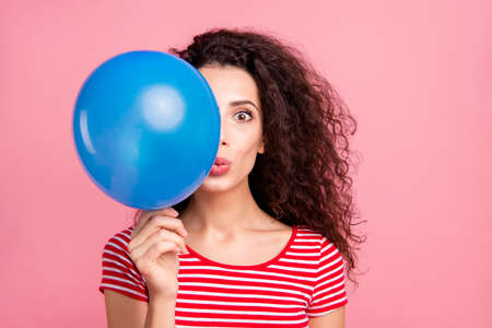 Close-up portrait of her she nice-looking attractive charming lovely cute cheerful funny wavy-haired lady holding in hand blue ball half-faced isolated over pink pastel background Imagens