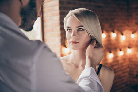 Nahaufnahmeporträt von zwei Personen, schön aussehend, süß, atemberaubend, wunderschöne, attraktive, hübsche Dame, die eine Affäre mit einem Seelenverwandten im Loft-Ziegel-Industriestil-Innenraum-Hotel hat
