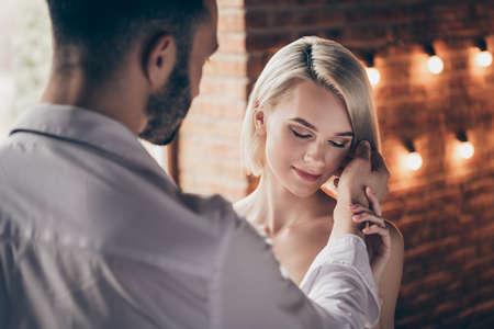 Nahaufnahmeporträt von zwei Personen, nett, süß, bezaubernd, atemberaubender Glanz, wunderschöne, attraktive, liebenswerte Dame, die eine Romanze mit einem Mann im Loft-Ziegel-Industriestil-Innenraumhaus hat