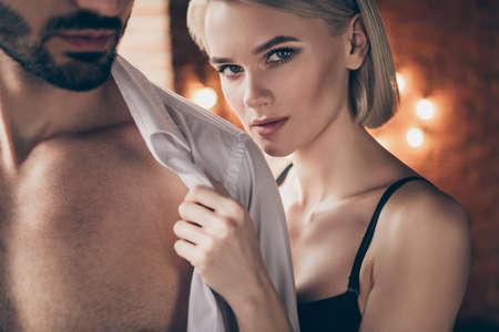 Abgeschnittenes Nahaufnahmefoto heiß zwei Personen Partner sie ihre Dame berührt die Hände, er ihm seine hübschen Schultern, die weißes Hemd ausziehen Frau Ehemann Jahrestag Morgen voller Wunsch wollen eifriges Hauszimmer drinnen