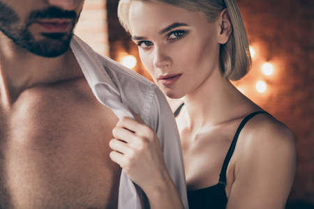 Recadrée en gros plan photo chaude de deux personnes partenaires elle sa dame touche les mains il lui ses belles épaules enlevant la chemise blanche femme mari anniversaire matin plein souhait veut envie maison chambre à l'intérieur