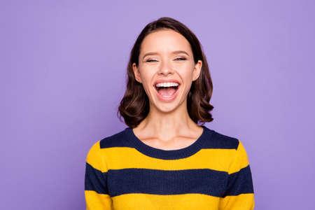 Gros plan photo belle incroyable elle sa dame montre des dents blanches en riant à haute voix écoutant une histoire humoristique personne sympathique porter un pull rayé bleu jaune isolé sur fond violet violet