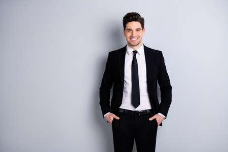 Portrait de l'indépendant se sentir heureux représentant du PDG réussi se sentir heureux contenu placer mains doigts paumes dans les poches pantalon noir moderne tenue à la mode isolée sur son arrière-plan