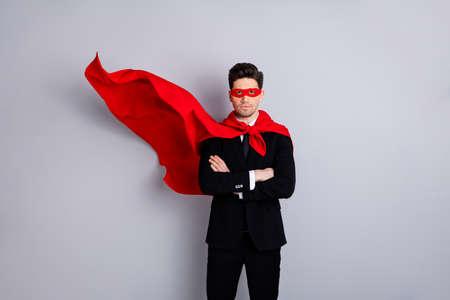 밝은 회색 배경 위에 격리된 밝은 슈퍼 룩 의상 맨틀 액세서리 최고의 동기 부여를 입은 그의 멋진 매력적이고 자신감 있는 강하고 남성적인 사나이 시크릿 남자의 초상화