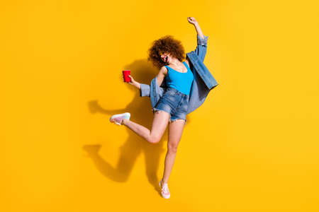 Volledige lengte lichaamsgrootte foto grappig funky zij haar dame golvend styling krullen schreeuwen schreeuwen schreeuwen weinig dronken rondhangen slijtage specificaties casual jeans denim overhemd shorts tank top kleding geïsoleerd gele achtergrond