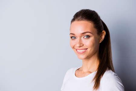 Nahaufnahme Foto schön attraktiv sie ihre Dame perfekte ideale Zähne selbstbewusste lockere Person hört gute Nachrichten zu sicher solche Ergebnisse tragen lässiges weißes T-Shirt isoliert grauer Hintergrund Standard-Bild