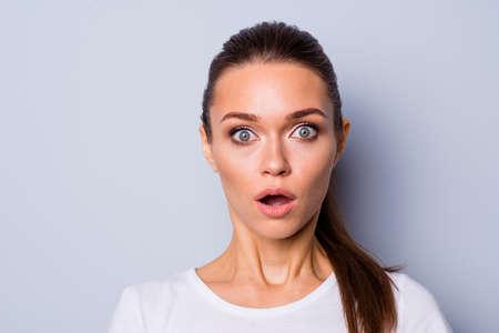 Nahaufnahme Foto schön erstaunlich hübsch sie ihre Dame große große Augen voller Angst starren Stupor offener Mund unerwartete Nachrichten episch scheitern verloren Verlierer tragen lässiges weißes T-Shirt isoliert grauer Hintergrund