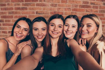 Selbstporträt von gut aussehenden, attraktiven, süßen, liebenswerten, wunderschönen, schicken, fröhlichen, fröhlichen Damen, die Spaß haben, isoliert über einer industriellen Backsteinmauer