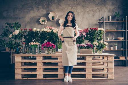 Ganzkörperansicht Porträt von ihr sie schön attraktiv hübsch charmant süß fröhlich fröhliche reife wellenhaarige brünette Dame neue dekorative Einzelhandelsplatz-Workstation