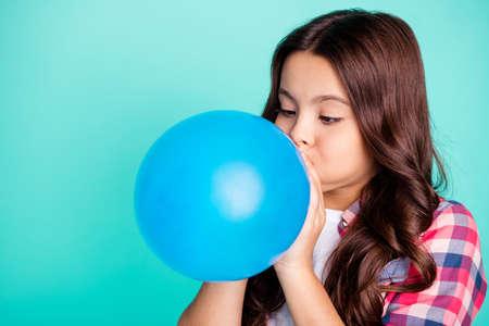 Retrato de primer plano de ella ella bonita atractiva linda encantadora encantadora chica de pelo ondulado en camisa a cuadros soplando festivo globo fest aislado sobre fondo azul turquesa azul verde brillante brillante