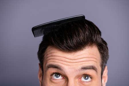 Beschnittenes Nahaufnahmefoto erstaunlich, dass er ihm seine Macho-Plastik-Styling-Pinsel dickes Haar gesteckt hat, oh nein, pass auf, Frisur Friseursalon Stylist Look-up-Prozess tragen lässiges weißes T-Shirt isoliert grauer Hintergrund