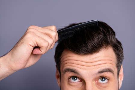 Przycięte zbliżenie zdjęcie niesamowite on jego macho ręce ramiona plastikowa szczotka do stylizacji włosów dbać o fryzurę fryzjer sklep stylista wizyta sprawdzić proces eksperyment nosić biały t-shirt na białym tle szary tło Zdjęcie Seryjne
