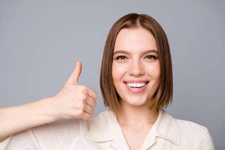 Foto ravvicinata di una persona carina che i giovani hanno annunci perfetti feedback annunci di vendita bianco abbigliamento alla moda vestito camicetta isolato su di lei il suo sfondo grigio