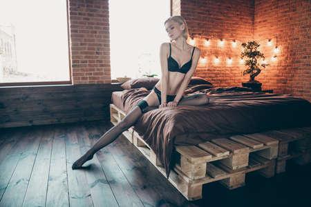 Foto de cerca hermosa hermosa increíble ella su dama ternura suave tentadora seducir mirar hacia abajo coqueto coqueto esperando marido unirse a sentarse sábanas perfecto cuerpo ideal bikini tocador habitación en el interior