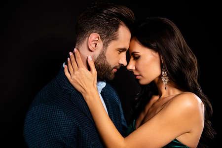Retrato de vista lateral de perfil de primer plano de él, ella, ella, atractivo, hermoso, lujoso, apasionado, dos personas acariciando el evento del día de San Valentín aislado sobre fondo negro
