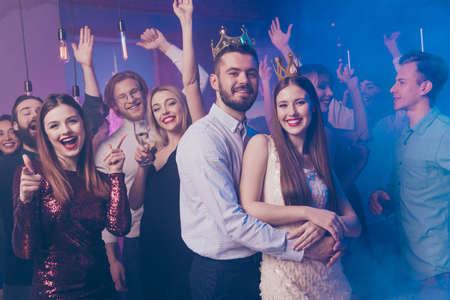 Retrato de encantadores amigos bailando pista de baile desgaste vestido traje camisa accesorios sentir contenido Foto de archivo
