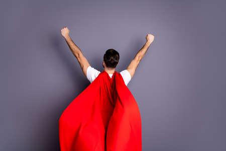 Posteriore dietro dietro vista ritratto del suo lui bello fresco perfetto forte contenuto macho potente ragazzo scopo obiettivo alzando le mani in alto vento soffia mantello isolato su sfondo grigio viola viola pastello