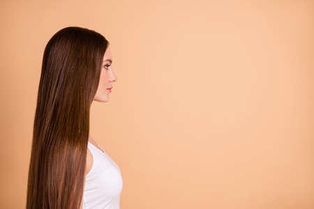 Profilo vista laterale ritratto di lei bella bella dolce attraente ben curato splendida signora candida liscia morbida riparazione capelli copia spazio isolato su sfondo beige