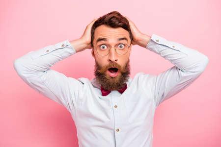 Foto von erstaunt mit großem Blick in die Kameraaugen Person, die einen neuen Haarschnitt berührt, der auf einem spiegelisolierten Pastellhintergrund schaut
