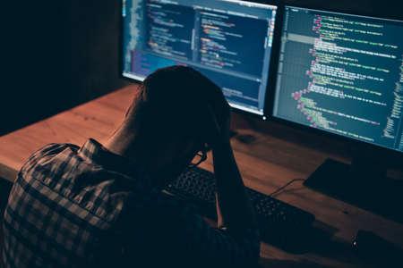Nahaufnahme von hinten hinten hinter dem Foto gut aussehend er ihn sein Kerl Stress Arbeit Tag Nacht Coder HTML-Tastaturentwicklung Outsource IT-Verarbeitung Sprache Monitore Tisch Büro tragen Spezifikationen formale Kleidung kariertes Hemd