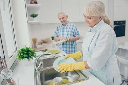 Zdjęcie profilowe uroczych zamężnych zakochanych trzymaj rękę pocierało sprzątanie rękawiczki lateksowe naczynia kuchenne stoją w pomieszczeniu Zdjęcie Seryjne