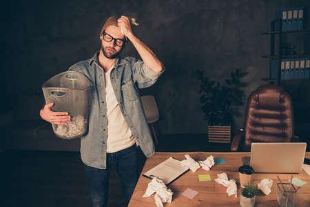 Foto de hombre de negocios independiente casual con gorra marrón y jeans ropa de mezclilla que siempre ha soñado con crear su propio negocio, pero ahora tiene problemas para comenzar.