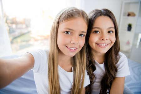 Nahaufnahme Foto von fröhlichen Inhalten Kinder fühlen sich zufrieden Sitzen Schlafzimmer drinnen
