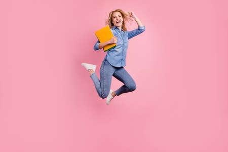 充分的身体照片疯狂的夫人高兴的类结束跳跃高穿戴牛仔布衣物孤立的粉红色背景