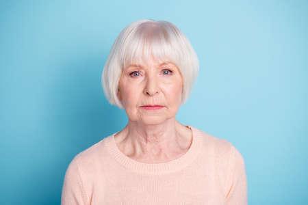 Portrait en gros plan d'elle, elle est belle, attrayante, contenue bien soignée, calme et concentrée, mam dame aux cheveux gris isolée sur fond bleu vert brillant et brillant Banque d'images