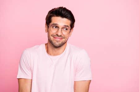 Nahaufnahme von seinem hübschen, hübschen, fröhlichen, fröhlichen, intelligenten, schüchternen Kerl, der eine Brille trägt, weiß nicht, was er einzeln auf rosafarbenem Pastellhintergrund tun soll