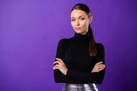 Nahaufnahme Foto einer netten hübschen Dame mit schwarzem Rollkragenpullover isoliert über lila violettem Hintergrund Standard-Bild