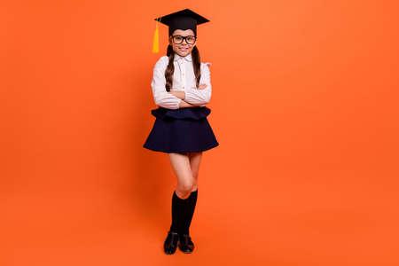 Pełna długość ciała rozmiar widok zdjęcie słodkie urocze dziecko treść przyszłość egzamin licencjacki zdanie kapelusz nakrycia głowy dyplom lekcja biała koszula bluzka buty okulary modne okulary na białym tle pomarańczowe tło
