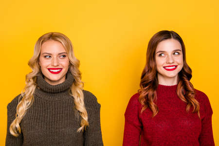 Pretty two chatterbox ladies silly look eyes know new rumours wear knitted jumpers isolated yellow background Фото со стока - 129250765