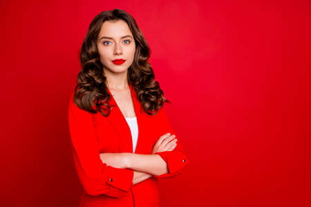 Photo of amazing business lady with crossed arms dressed formal wear red jacket isolated burgundy background Stockfoto