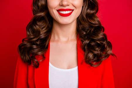 Abgeschnittenes Foto einer schönen Dame, die perfekte Zähne zeigt, gekleidete formelle Jacke isoliert burgunderfarbenem Hintergrund