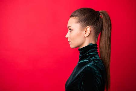 Nahaufnahme-Profilseitenansicht-Porträt ihrer hübsch aussehenden attraktiven hübschen hübschen charmanten süßen gepflegten fokussierten Dame Kopienraum einzeln auf hell leuchtendem rotem Hintergrund