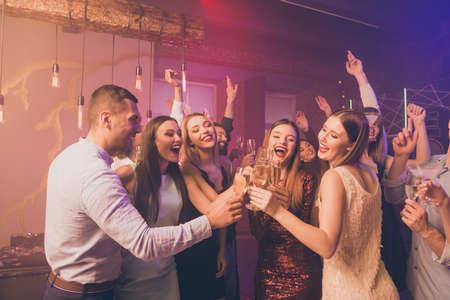 Retrato de locos divertidos funky jóvenes millennial hold mano vidrio felicitar graduación high-school formalwear ropa formal traje camisa discoteca Foto de archivo