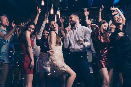 Foto de vista de ángulo bajo de encantador atractivo joven milenario que tiene movimiento dinámico ruido fuerte vestido de noche traje pantalones camisa ropa formal ropa formal en el interior