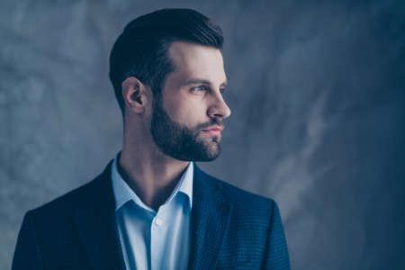 Profilseitenfoto von gesinnter, stilvoller, gut aussehender Person, die eine stilvolle Blazerjacke trägt, die auf grauem Hintergrund isoliert ist