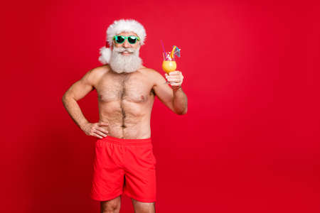 Portrait of his he nice attractive cheerful cheery funky gray-haired man having fun poolside drinking fresh tasty juice rest relax toast cheers isolated over bright vivid shine red background Stockfoto