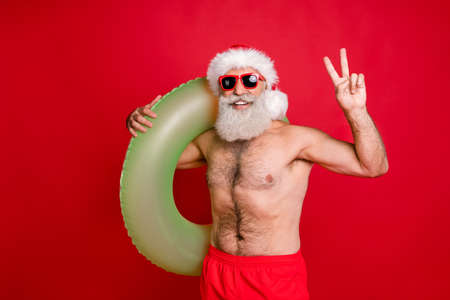 Portrait of his he nice attractive funky confident positive cheerful cheery gray-haired man carrying pond circle summertime leisure showing v-sign isolated over bright vivid shine red background Stockfoto