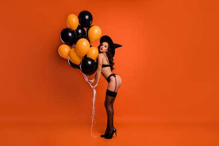 Foto in voller Größe einer schönen Dame, die Luftballons hält, machen eine private Party, die den Ehemann ideal zeigt