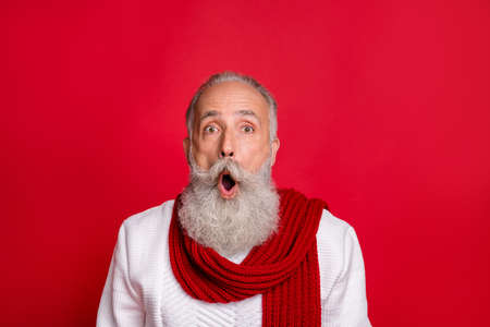 Close-up portrait of his he nice attractive stunned well-groomed funny gray-haired man showing astonishment news isolated over bright vivid shine red background Reklamní fotografie