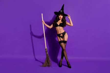 Vista del tamaño del cuerpo de longitud completa de ella, bonita, atractiva, elegante, magnífica, deportiva, ondulada, dama, posando con escoba aislada sobre fondo de color lila violeta violeta violeta brillante brillante vivo