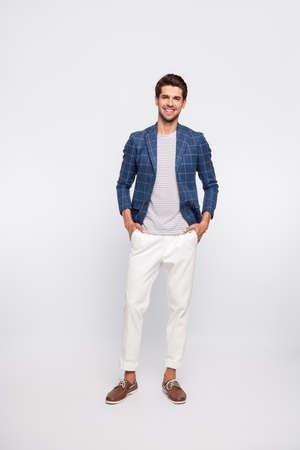Photo du corps entier d'un homme charmant portant des vêtements à carreaux blazer veste pantalon pantalon isolé sur fond blanc
