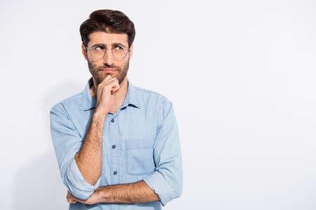 Photo d'un mec incroyable arabe réfléchir au discours d'un projet d'entreprise important pour les spécifications de l'usure du séminaire chemise en jean décontractée fond de couleur blanc isolé Banque d'images