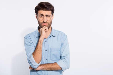 No confío en tí. Foto de árabe increíble chico mirando sospechoso, no creer, usar especificaciones camisa de mezclilla casual aislado fondo de color blanco. Foto de archivo