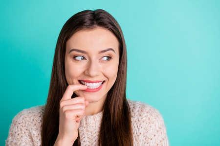 Cerrar foto de linda chica adolescente bonita creo que tiene planes para el fin de semana mal hábito usar suéter de punto aislado sobre fondo de color turquesa verde azulado