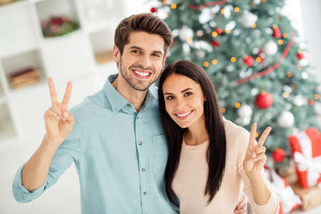 Top above high angle photo of two people charming couple feel romance making v-signs celebrate christmas time x-mas holidays in house indoors Stock fotó